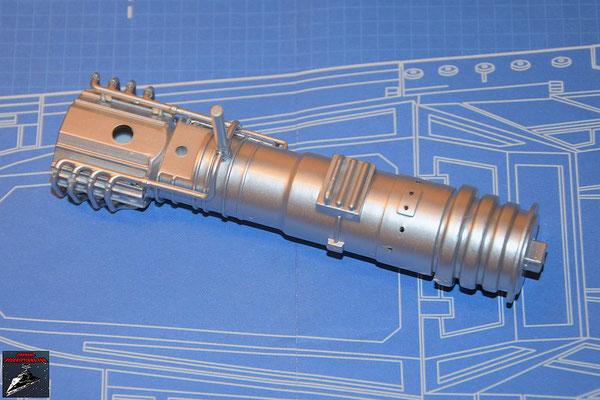DeAgostini Bau deinen X-Wing Ausgabe 59 Die beiden Hälften des Energieverteilers werden zusammengesteckt und die Rohrleitungen befestigt.