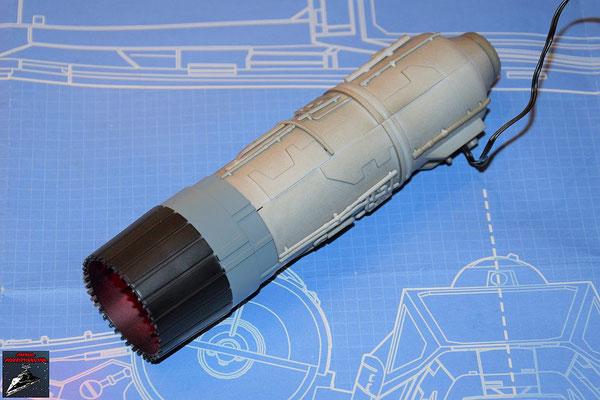 DeAgostini Bau deinen X-Wing Ausgabe 57 Beide Hälften des Fusionstriebwerksgehäuse werden zusammengesteckt. Auf das eine Ende wird der Schließring geschoben und auf das andere die Schubdüse.