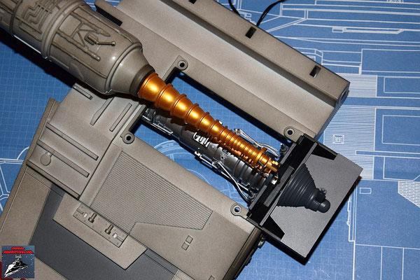 DeAgostini Bau deinen X-Wing Ausgabe 16 Der Energieverteiler wird an den Flügel geschraubt.