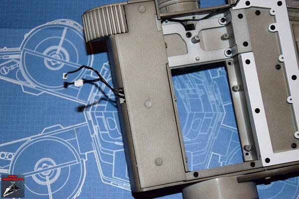 DeAgostini Bau deinen X-Wing Ausgabe 14 Die Flügelwurzelabdeckung wird angeschraubt und die drei Schrauben mit den Stopfen verdeckt.