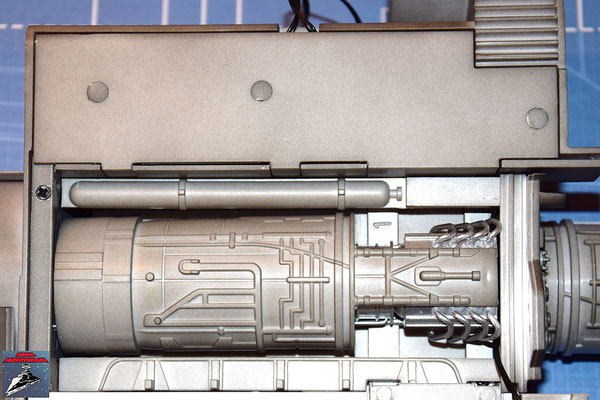 DeAgostini Bau deinen X-Wing Ausgabe 31 Die beiden Einfassbänder werden seitlich des Antriebs des unteren Backbordflügels befestigt.
