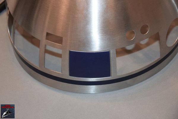 Build your own R2-D2 Heft 51 Das Kuppelteil aus Ausgabe 50 wird von innen mit den Klebestreifen an der Kuppel befestigt