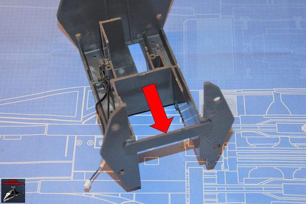 DeAgostini Bau deinen X-Wing Ausgabe 69 Die Endstrebe wird in die Öffnungen an der Halterung für die Flügelmechanik gedrückt