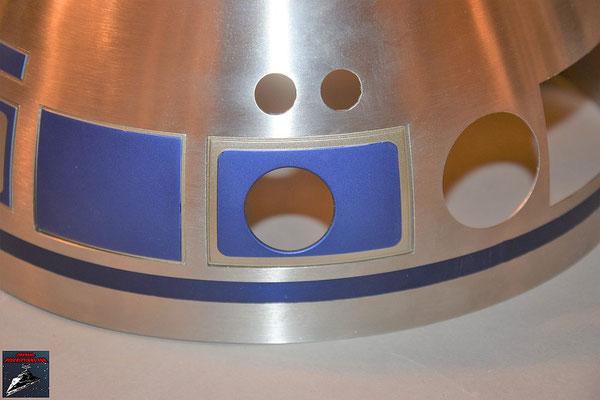 Build your own R2-D2 Heft 57 Das Kuppelteil wird von innen mit den Klebestreifen an der Kuppel befestigt