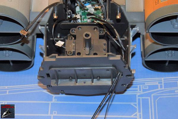 DeAgostini Bau deinen X-Wing Ausgabe 77 Das Verlängerungskabel der Fahrwerksperre wird durch die Rückwand des Rumpfes geführt und mit der Platine verbunden.