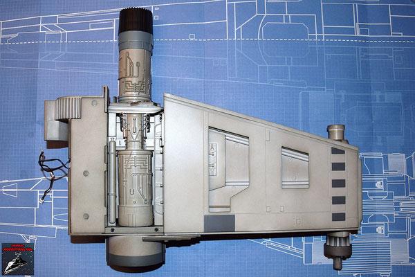 DeAgostini Bau deinen X-Wing Ausgabe 31 Die Flügelabdeckung des unteren Backbordflügels wird in die Halterungen gedrückt.