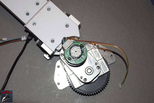 Build your own R2-D2 Heft 30 Der Sensor wird an der inneren Abdeckung des rechten Beins befestigt und die Abdeckung festgeschraubt. Hintere Bodenabdeckung und Knöchelabdeckung werden festgeschraubt.