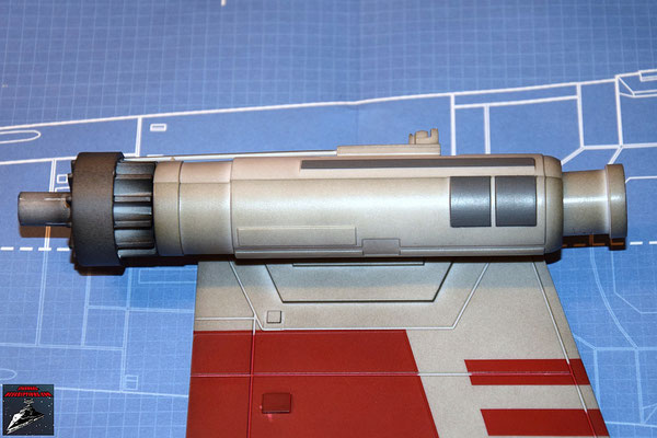 DeAgostini Bau deinen X-Wing Ausgabe 31 Die Laserkanone wird auf den unteren Backbordflügel geschraubt.