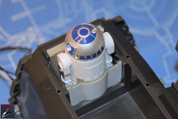 DeAgostini Bau deinen X-Wing Ausgabe 77 Die Droidensockel werden in die obere Halterung des Rumpfes gesteckt