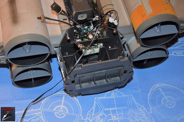 DeAgostini Bau deinen X-Wing Ausgabe 76 Das Verlängerungskabel der Fernbedienung wird durch die Rückwand des Rumpfes geschoben und mit der Platine verbunden.