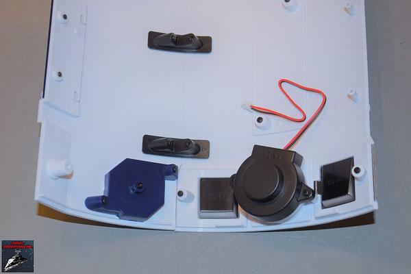 Build your own R2-D2 Heft 72 Die Einzelteile des Lautsprechers werden zusammengesetzt und von innen an die Rumpfverkleidung geschraubt
