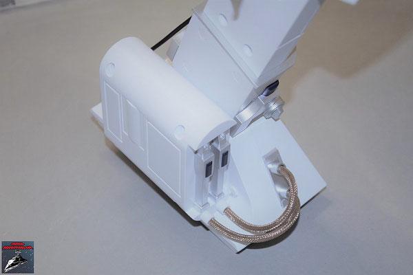 Build your own R2-D2 Heft 59 Die äußere Hälfte der Brennstoffzellen-Hülle wird an den Fuß geschraubt und die Anbaudetails angebracht. Anschließend werden die Kabel in die Halterungen gesteckt und die Schraubenklöcher mit den Abdeckungen verschlossen