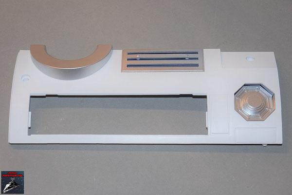 Build your own R2-D2 Heft 76 Die Details werden an der Rumpfverkleidung befestigt