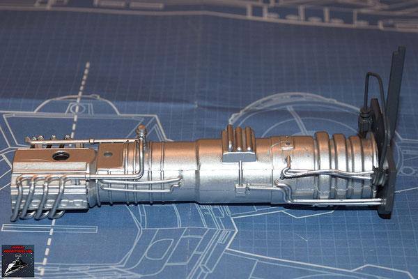 DeAgostini Bau deinen X-Wing Ausgabe 29 Die beiden Hälften des Energieverteilers werden zusammengesteckt und die Rohrleitungen befestigt und die Anbaudetails an der internen Trennwand befestigt. Die Wand wird an den Energieverteiler gedrückt.