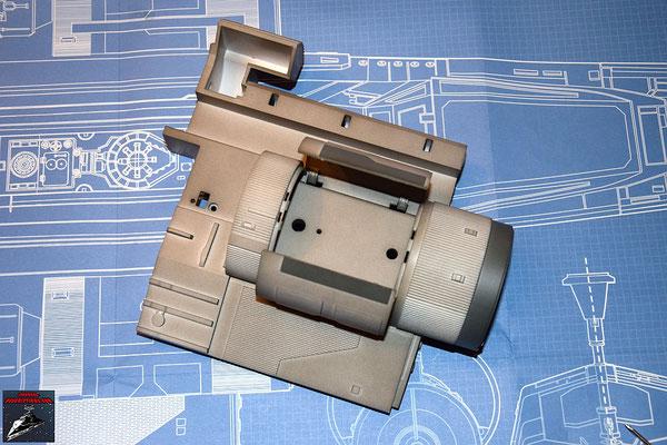 DeAgostini Bau deinen X-Wing Ausgabe 24 Die beiden Landestützenklappen werden eingesetzt und von innen mit den Scharnieren befestigt