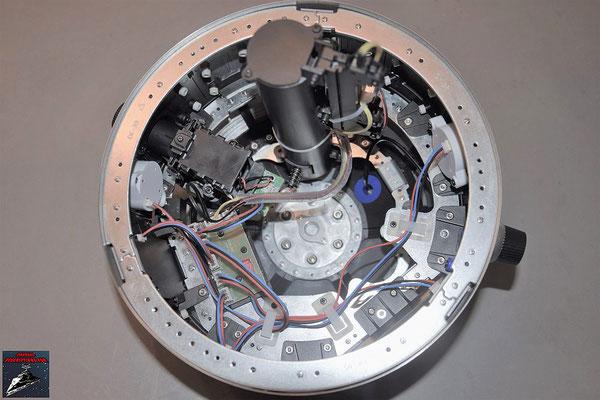 Build your own R2-D2 Heft 77 Die letzten Stabilisatoren werden eingesetzt. Die Lichtschwertvorrichtung wird an der Kuppel festgeschraubt. Die Kabelhalter aus Ausgabe 65 werden festgeschraibt und die Kabel verlegt