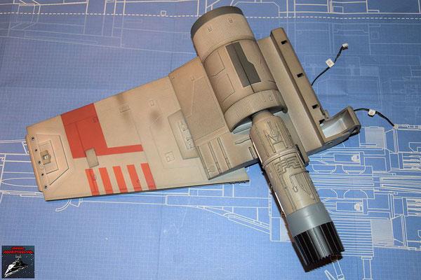 DeAgostini Bau deinen X-Wing Ausgabe 45 Das Fusionstriebwerk aus Bauphase 44 wird an den Flügel geschraubt und das Kabel für die Beleuchtung auf der Innenseite des Flügels verlegt.