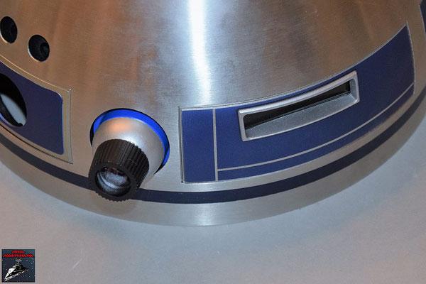 Build your own R2-D2 Heft 64 Die Projektorlinse wird von innen an die Kuppel geschraubt