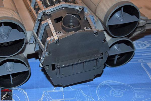 DeAgostini Bau deinen X-Wing Ausgabe 73 Die Trennwand aus Ausgabe 65 wird von hinten auf das Gehäuse für den Flügelantrieb geschraubt und die Rahmenteile somit fixiert