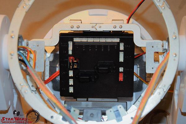 Build your own R2-D2 Heft 94 Die Kabelclips werden auf den Microcontroller geschraubt und dieser an die Halterung im Rumpf geschraubt