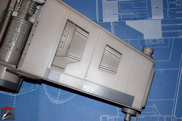 DeAgostini Bau deinen X-Wing Ausgabe 17 Die Lserkanone wird an den Flügel geschraubt und das Kabel der Laserkanone auf der Innenseite verlegt. Anschließend wird die untere Verkleidung an den Flügel geschraubt.