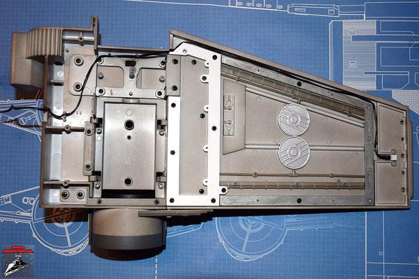 DeAgostini Bau deinen X-Wing Ausgabe 28 Der Flügel und die Antriebsbefestigung werden mit den Verstrebungen miteinander verschraubt. Anschließend wird das Kabel für die Laserkanone in der Innenseite des Flügels verlegt