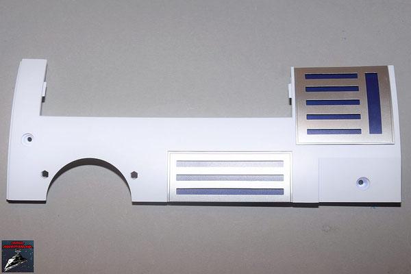 Build your own R2-D2 Heft 85 Die Details werden an der Rumpfverkleidung befestigt