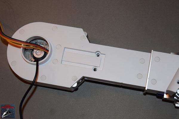 Build your own R2-D2 Heft 38 Die Stecker werden in die Schraubenöffnungen des rechten Beins gedrückt