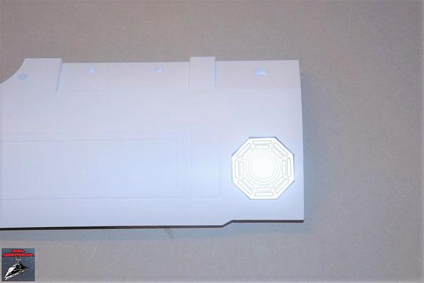 Build your own R2-D2 Heft 68 Der Wärmeabluftgrill wird in die Halterung gelegt und diese an die Rumpfplatte geschraubt