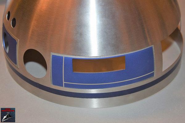 Build your own R2-D2 Heft 58 Das Kuppelteil wird von innen mit den Klebestreifen an der Kuppel befestigt
