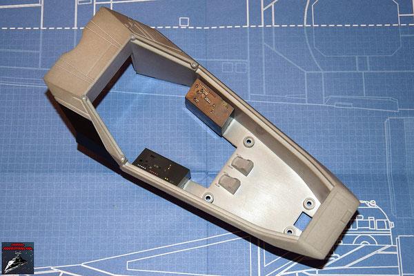 DeAgostini Bau deinen X-Wing Ausgabe 6 Die Instrumententafeln aus Ausgabe 5 werden an das Cockpitgehäuse geschraubt