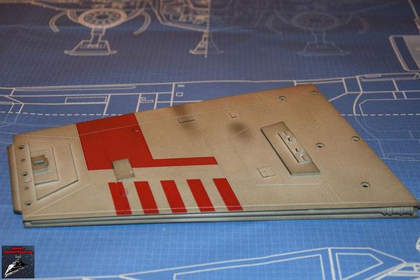 Bau Deinen X-Wing Ausgabe 38 Laserkanonenstütze, Oberflächendetails undDetail für die Hinterkante werden an der Flügelunterseite angebracht