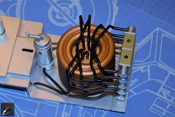 DeAgostini Bau deinen X-Wing Ausgabe 79 Die Übertragungskammer wird zusammengesetzt und auf die Hyperantriebsbefestigung gesteckt Anschließend werden die Verbindungsrohre in die Öffnungen der Übertragungskammer geschoben.