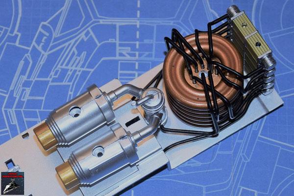 DeAgostini Bau deinen X-Wing Ausgabe 79 Die beiden Wärmetauscher werden zusammengesteckt und die Übertragungsröhren eingesetzt. Die Baugruppen werden dann auf die Halterungen der Hyperantriebsbefestigung geschoben.