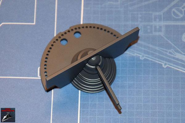 DeAgostini Bau deinen X-Wing Ausgabe 24 Die beiden Hälften des Gyroskops werden von beiden Seiten in die horizontale Schaufel gesteckt und der Kühlflpgel an der untere Hälfte des Gyroskops befestigt