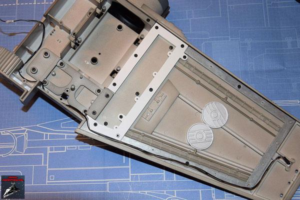 DeAgostini Bau deinen X-Wing Ausgabe 45 Das Kabel für die Laserkanone wird auf der Innenseite des Flügels verlegt.