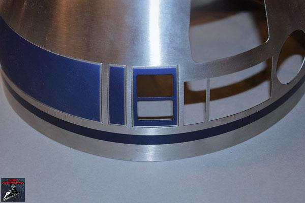 Build your own R2-D2 Heft 61 Die beiden Kuppelteile werden mit den Klebestreifen von innen an der Kuppel befestigt.