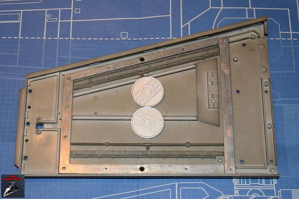 Bau Deinen X-Wing Ausgabe 39 Der Flügelrahmen wird an die Flügelunterseite geschraubt und die Rohre und Kabel in die Befestigungen gedrückt