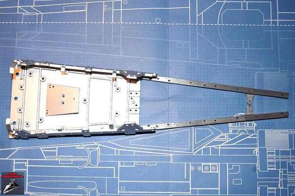 DeAgostini Bau deinen X-Wing Ausgabe 32 Die Seitenrahmen für den Rumpf werden an das bisherige Rumpfgehäuse geschraubt