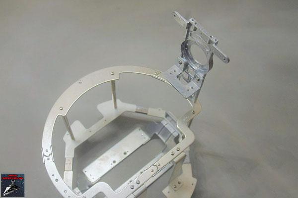 Build your own R2-D2 Heft 77 Das Rahmenteil wird an den bisherigen Rahmen geschraubt