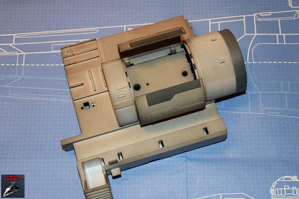Bau Deinen X-Wing Ausgabe 41 Die Landestützenklappen werden in die Halterungen der Antriebsbefestigung gesteckt und von innen mit den Scharnieren festgeschraubt