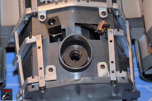 DeAgostini Bau deinen X-Wing Ausgabe 77 Der Hauptschalter und die Steckdose werden durch die Öffnungen des Rumpfes geschoben