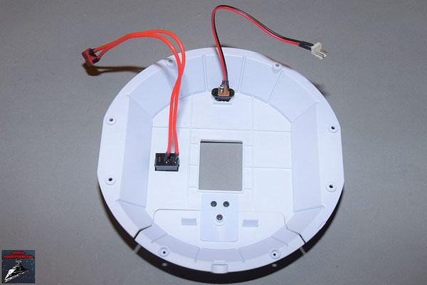 Build your own R2-D2 Heft 88 Die Einzelteile des Rumpfbodens werden miteinander verbunden und der Ladeanschluss und der Ein-/Ausschalter eingesetzt