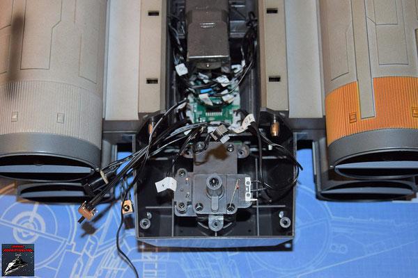 DeAgostini Bau deinen X-Wing Ausgabe 72 Der Antriebsmotor für R2-D2 wird eingesetzt und festgeschraubt