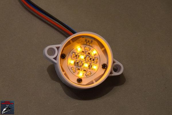 Build your own R2-D2 Heft 45 Die LED-Prozessoranzeige wird in die Halterung geschraubt und das Kabel angesteckt