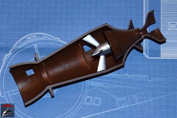 DeAgostini Bau deinen X-Wing Ausgabe 11 Die Befestigung der Fusionskammer wird an der unteren Hälfte der Fusionskammer befestigt. Turbogenerator und die Abdeckung werden zusammengesteckt und zusammen mit dem Turboimpeller an der Fusionskammer befestigt