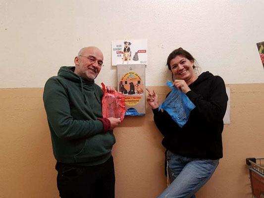 Berliner Tiertafel bekommt einen Beutelspender vom bmt e.V. Berlin geschenkt