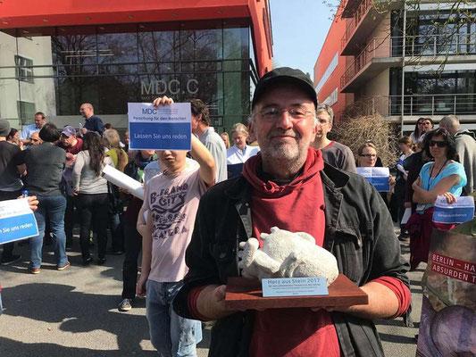 """Übergabe des Preises """"Herz aus Stein"""" für den grausamsten Tierversuch Deutschlands"""