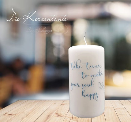 "Spruchkerze: ""Take time to make your soul happy"", Maße: 15x8cm, Preis: EUR 9,00"