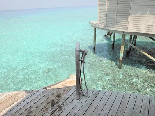 テラスの階段からそのまま海へ